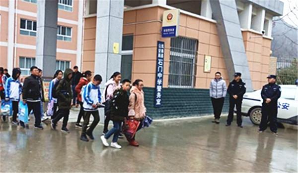 ★安康市岚皋县石门中学多种举措为学生撑起冬季交通安全伞
